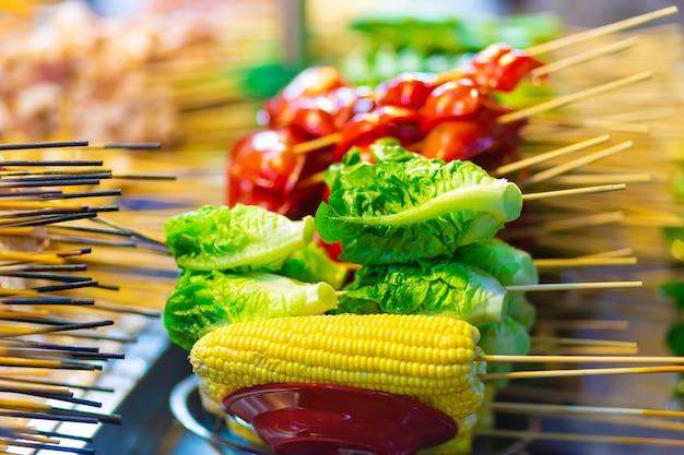 Свежие цветные овощи на прилавке магазина уличной еды