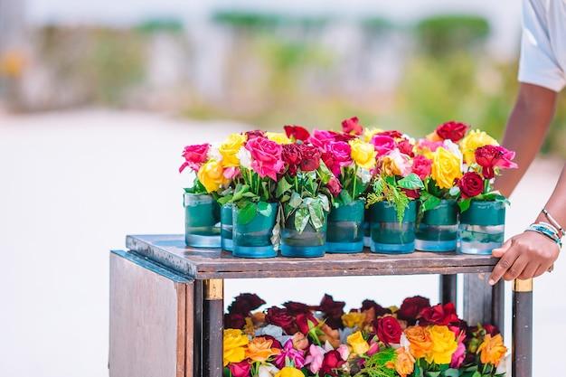 Свежие красочные цветущие цветы в вазе в тележке