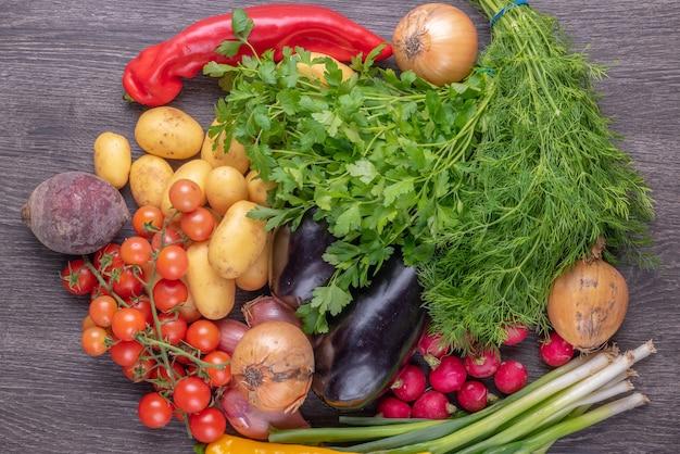 Свежие красочные органические овощи на фоне деревенского деревянного стола, сельского хозяйства и концепции здорового питания.