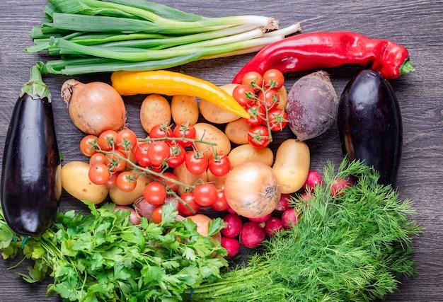 소박한 나무 테이블, 농업 및 건강 식품 개념에 신선한 다채로운 유기농 야채.