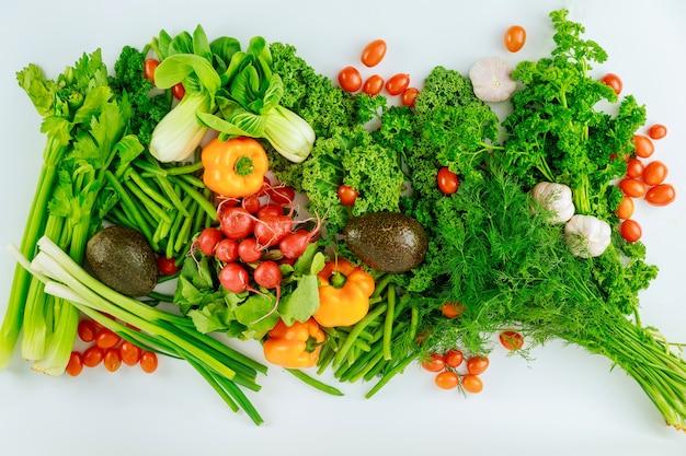 Свежий красочный овощ на белом фоне. вид сверху.