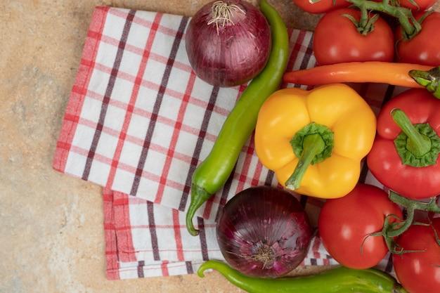 テーブルクロスに新鮮な色とりどりの野菜。