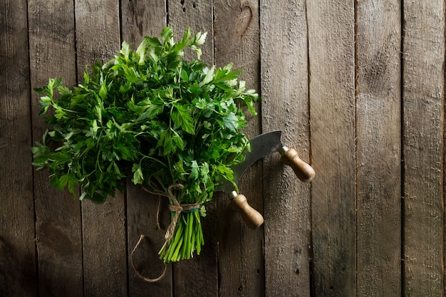 나무 테이블에 칼으로 신선한 다채로운 활기찬 파 슬 리. 여름, 봄, 건강한 생활 또는 해독 개념.