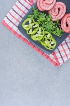 Свежеприготовленный бекон с овощами и зеленью.