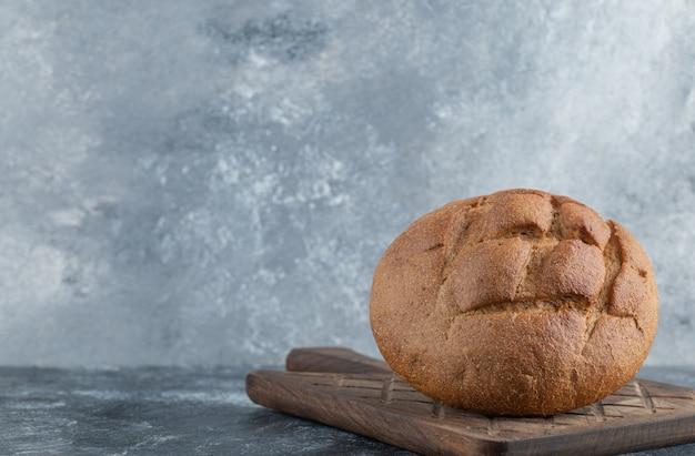 갓 조리 한 수제 호밀 빵. 고품질 사진