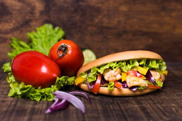 Свежеприготовленный кебаб из мяса и овощей