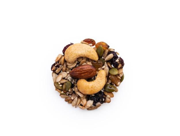Свежее печенье из цельного зерна на белом фоне