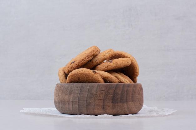 Biscotti freschi sul piatto di legno.