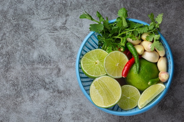 Ingrediente di cucina fresco nel cestino di plastica blu