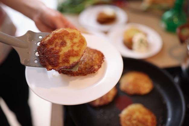 フライパンベジタリアン料理のコンセプトで新鮮な調理ポテトパンケーキ