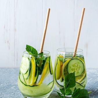 Свежий прохладный напиток для детоксикации с огурцом и лимоном.