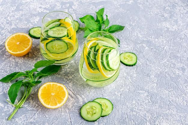 きゅうりとレモンの新鮮な冷たいデトックス水ドリンク