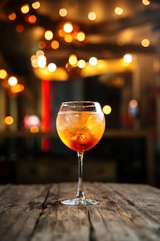Свежий прохладный фруктовый апельсиновый коктейль на деревянный стол