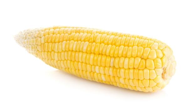 白い表面に分離された新鮮なトウモロコシ