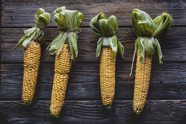 Свежая кукуруза на деревянном столе