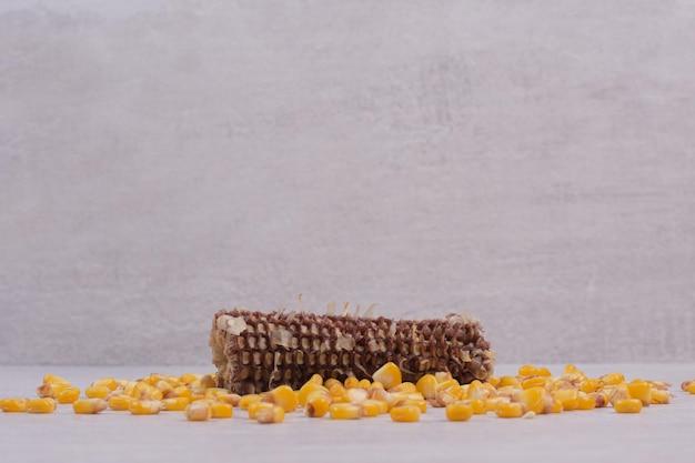 흰색 테이블에 신선한 옥수수입니다.