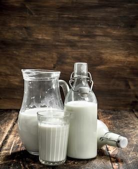 新鮮な牛乳。木製の背景に。