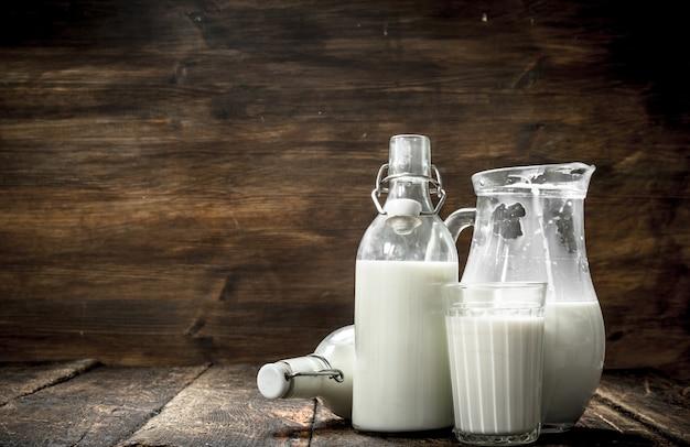 木製のテーブルに新鮮な牛乳。