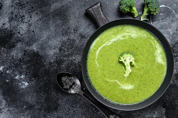 プレートに生クリームのブロッコリーとエンドウ豆のスープ