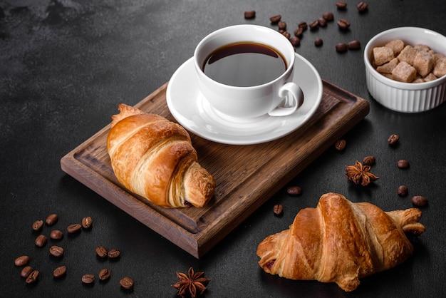 향기로운 커피 한잔과 함께 신선하고 바삭하고 맛있는 프랑스 크로와상. 상쾌한 아침 식사