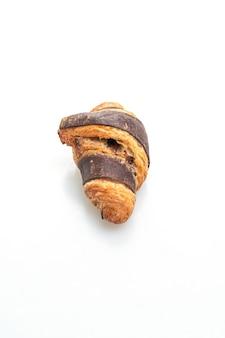 Свежий круассан с шоколадом на белом фоне