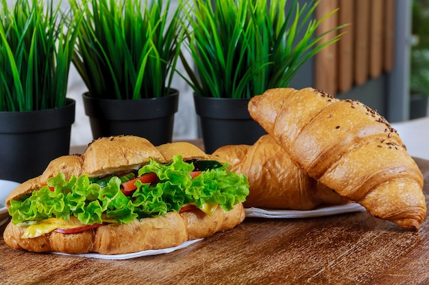 화이트에 신선한 샐러드와 만남이 있는 신선한 크루아상.