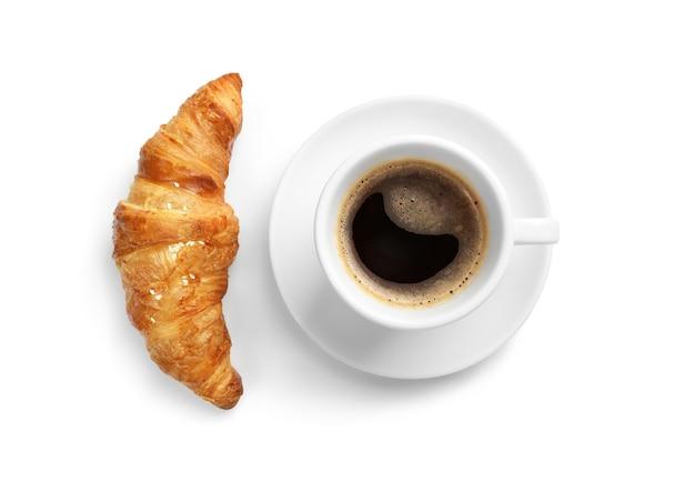 Свежие круассаны и черный кофе, изолированные на белом.