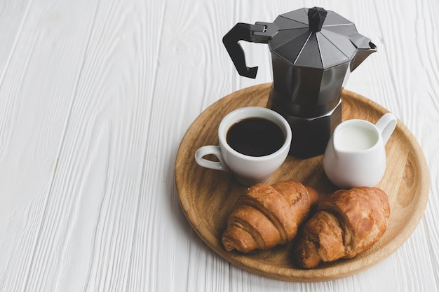 Свежие круассаны и кофе на подносе Бесплатные Фотографии