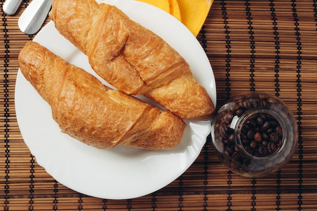 パリで焼きたてのクロワッサンのコーヒー豆の朝食