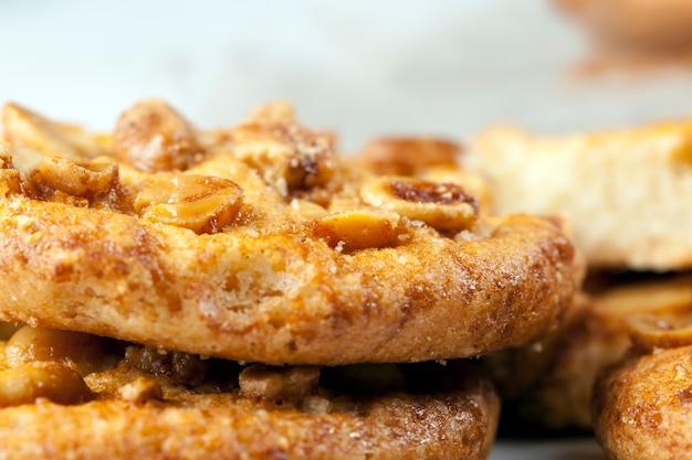 Свежее хрустящее печенье из пшеничной муки и жареного арахиса