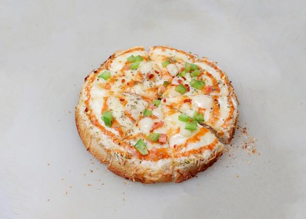 新鮮な地殻のピザ