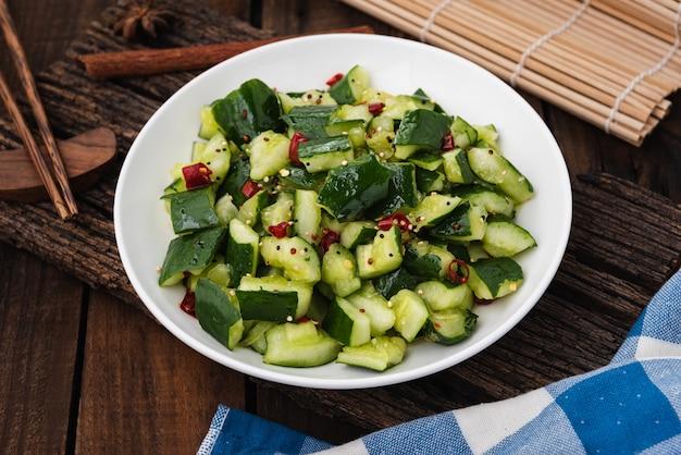 木の上の唐辛子と新鮮なキュウリのサラダ