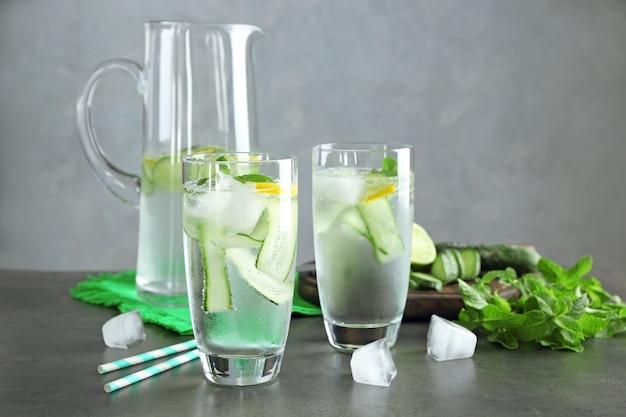 레몬과 민트 유리 테이블에 신선한 오이 물