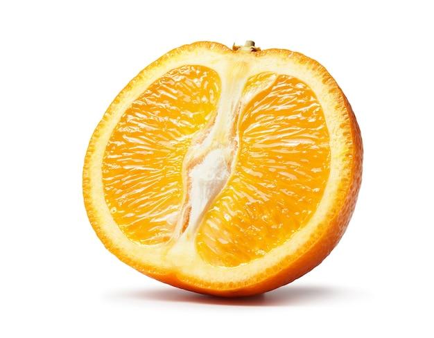 白い背景で隔離の新鮮なカットオレンジフルーツマクロ写真