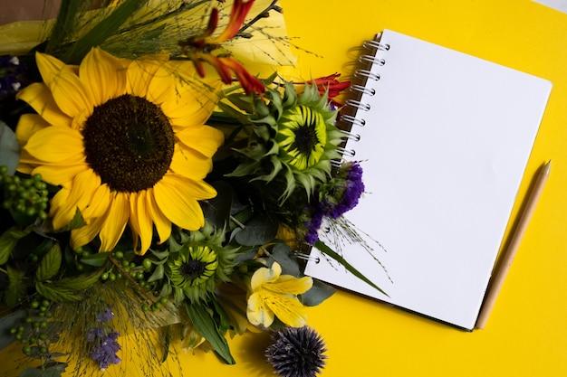 Свежие срезанные подсолнухи в букете и открытка с конвертом с копией пространства