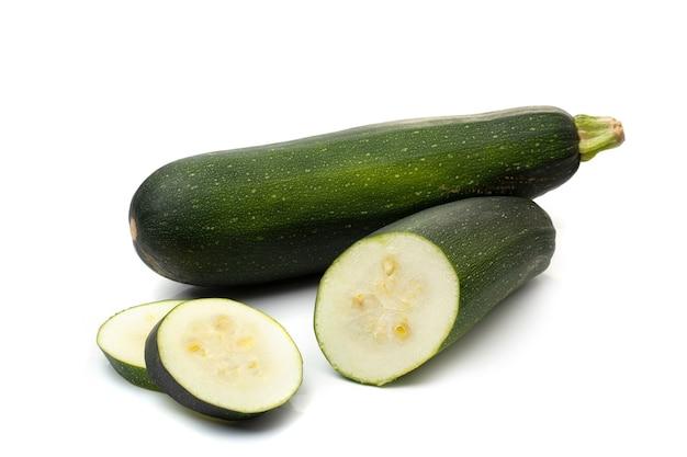 신선한 cutted 녹색 호박 흰색 배경에 고립입니다.