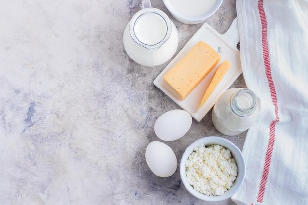 식탁에 신선한 유제품. 치즈, 계란, 우유, 코티지 치즈, 요구르트, 크림 및 버터