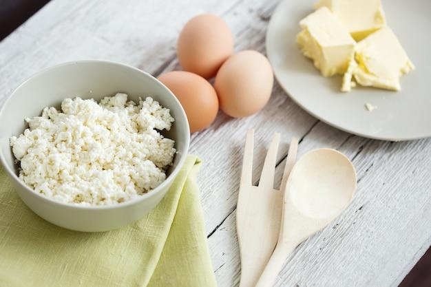 소박한 나무 테이블에 신선한 유제품과 계란