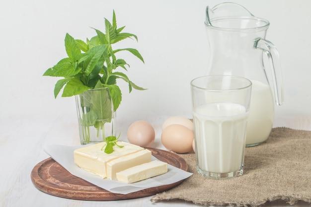 白い表面に新鮮な乳製品