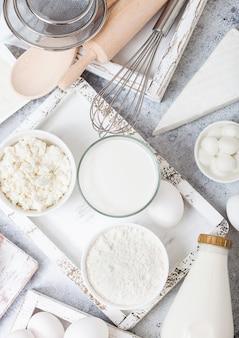 흰색 테이블에 신선한 유제품