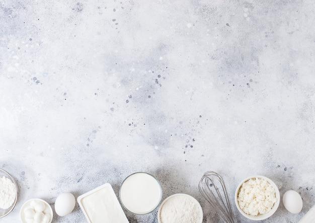白いテーブルの上の新鮮な乳製品
