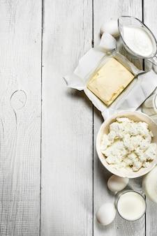 白い木製の背景に新鮮な乳製品