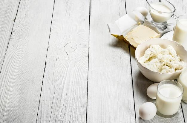 白い木製の背景に新鮮な乳製品。