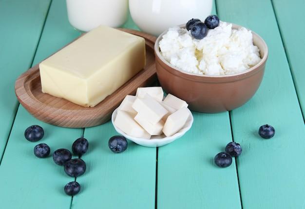 Свежие молочные продукты с черникой на деревянном столе крупным планом