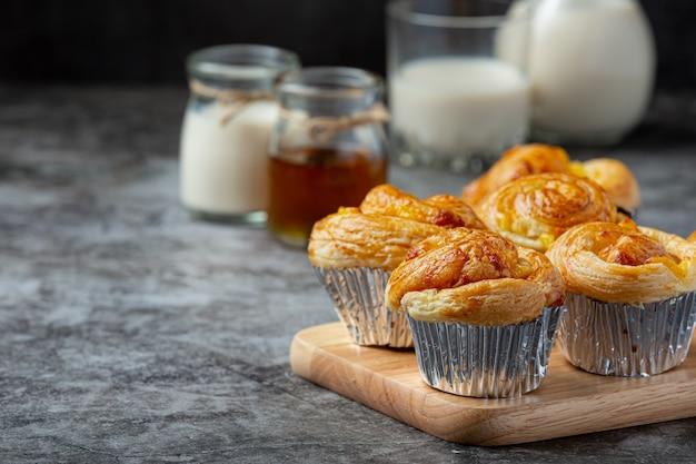 Свежий датский хлеб с молоком и фруктами, черника, вишневый соус, подается с молоком.
