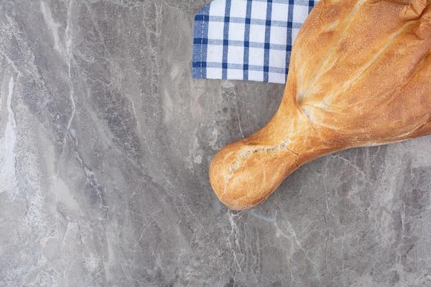 テーブルクロスの上に横たわる焼きたてのおいしいパン。高品質の写真
