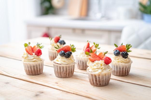 요구르트 크림과 신선한 딸기와 신선하고 맛있는 컵 케이크.