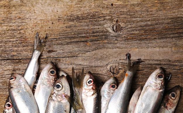 木製のテーブルに新鮮なおいしい魚