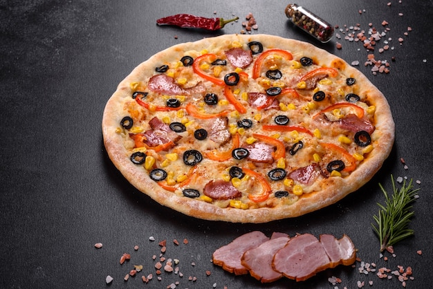 화로 오븐에서 올리브, 칠리 페퍼, 햄으로 만든 신선하고 맛있는 피자. 지중해 요리