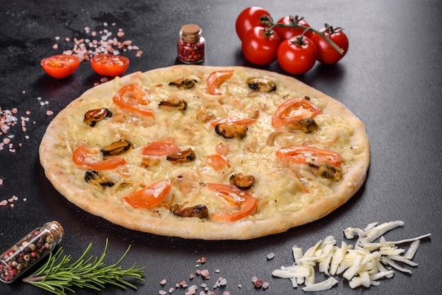 エビのムール貝やその他のシーフードを使ったハースオーブンで作った新鮮でおいしいピザ。地中海料理